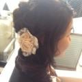 薔薇のコサージュを使った編み込みアップスタイル